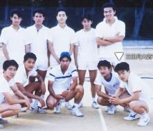 高校では仲間と共に硬式テニス部を創設。初代OBに・・