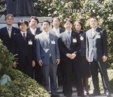 平成14年松下政経塾に入塾。同期生と共に、松下幸之助塾主の像の前にて