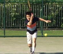 高校から始めた硬式テニス。今でも、年に数回はプレーしています。